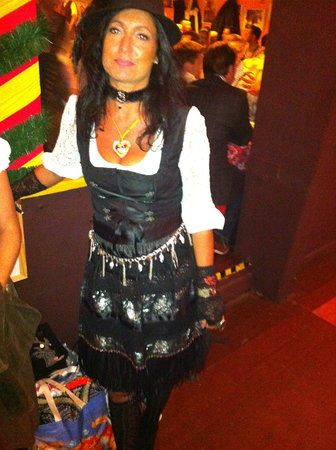 Esther im Fluxusoutfit / {Location}: Hippodrom\\n\\n19.09.2011 19:11
